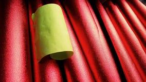 Note collante verte jaune sur les papiers d'aluminium rouges rugueux image stock