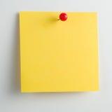 Note collante vide avec la punaise d'isolement sur le fond blanc Photo libre de droits