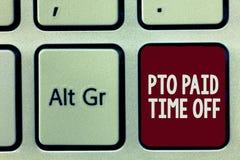 Note d'écriture montrant à PTO le repos payé L'employeur de présentation de photo d'affaires accorde la compensation pour le cong image libre de droits