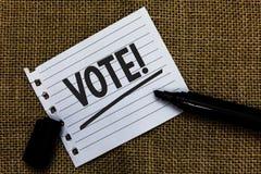 Note d'écriture montrant à vote l'appel de motivation Photo d'affaires présentant la décision formalisée sur les sujets important Image libre de droits