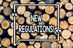 Note d'écriture montrant de nouveaux règlements Le changement de présentation de photo d'affaires des lois ordonne des caractéris photos stock