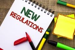 Note d'écriture montrant de nouveaux règlements Le changement de présentation de photo d'affaires des lois ordonne des caractéris photo libre de droits