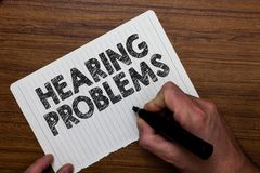 Note d'écriture montrant des problèmes d'audition La présentation de photo d'affaires est incapacité partielle ou totale d'écoute images stock