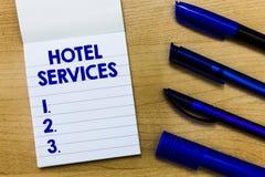 Note d'écriture montrant des services hôteliers Agréments de présentation d'équipements de photo d'affaires d'une maison de logem photographie stock