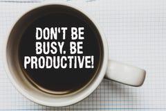 Note d'écriture montrant Don t pour ne pas être occupé Soyez productif Le travail de présentation de photo d'affaires organisent  images stock