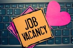 Note d'écriture montrant Job Vacancy Photo d'affaires présentant l'endroit payé vide ou disponible en petit ou grand journal de s image libre de droits