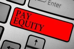 Note d'écriture montrant l'équité des salaires Photo d'affaires présentant éliminant le sexe et la discrimination raciale dans le photos stock