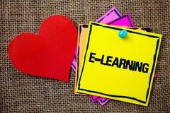 Note d'écriture montrant l'apprentissage en ligne L'éducation de présentation de photo d'affaires par les cours de instruction él Images libres de droits