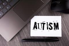 Note d'écriture montrant l'autisme Conscience de présentation d'autisme de photo d'affaires conduite par le comité social dans le Photographie stock