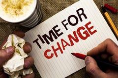 Note d'écriture montrant l'heure pour le changement Débuts changeants de présentation d'évolution de moment de photo d'affaires l Images stock