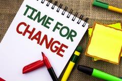Note d'écriture montrant l'heure pour le changement Débuts changeants de présentation d'évolution de moment de photo d'affaires l Image stock