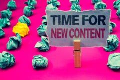 Note d'écriture montrant l'heure pour le nouveau contenu Photo d'affaires présentant le concept de mise à jour de publication de  photo libre de droits