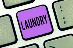 Note d'écriture montrant la blanchisserie La pièce de présentation de photo d'affaires pour les tissus de nettoyage de vêtements  photo stock