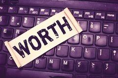 Note d'écriture montrant la valeur La présentation de photo d'affaires équivalente en valeur à l'article de somme a spécifié suff image libre de droits