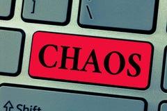 Note d'écriture montrant le chaos Photo d'affaires présentant la destruction répandue de désordre complet et de grande confusion photo stock