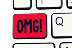 Note d'écriture montrant Omg La présentation de photo d'affaires employée pour exprimer l'incrédulité SMS d'excitation de choc a  images stock