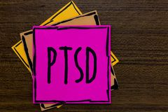Note d'écriture montrant Ptsd Dépression traumatique de présentation trois AR de crainte de traumatisme de maladie mentale de dés photos libres de droits