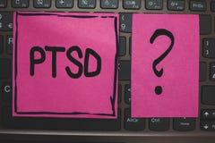 Note d'écriture montrant Ptsd La traumatique de présentation de noir de dépression de crainte de traumatisme de maladie mentale d image stock