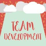 Note d'écriture montrant Team Development La présentation de photo d'affaires apprennent pourquoi et comment les petits groupes c illustration stock