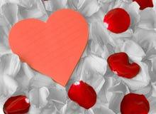 Note d'amour et pétales désaturés Photographie stock