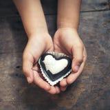 Note d'amour sur le chocolat noir et blanc Photo stock
