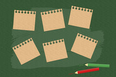 Note de bâton sur le conseil vert Photos stock