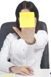 Note de collant de fixation de femme devant le visage Photo stock