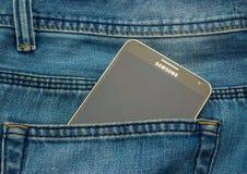 NOTE de GALAXIE de SAMSUNG moderne dans une poche de denim images libres de droits
