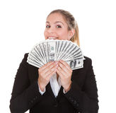 Note de Holding Us Dollar de femme d'affaires Photos libres de droits