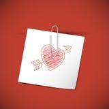 Note de livre blanc avec l'agrafe et le coeur rouge Photographie stock libre de droits