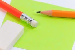Note de Livre vert rose et de plan rapproché avec le crayon en bois Image stock