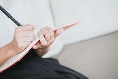 Note de note d'écriture de main de travailleuses actives de plan rapproché Image libre de droits