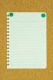Note de page blanc sur le panneau de liège Photographie stock