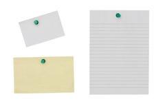 Note de papier avec la punaise sur le fond blanc photos libres de droits