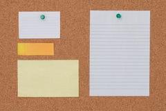 Note de papier avec la punaise sur le fond de panneau de liège images libres de droits