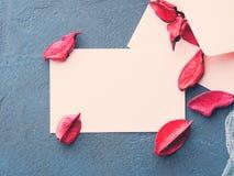Note de papier blanc pour le jour du ` s de Valentine avec des pétales de fleur Image stock