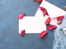Note de papier blanc pour le jour du ` s de Valentine avec des pétales de fleur Photo stock