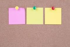 Note de papier collante colorée sur le panneau de liège photos libres de droits