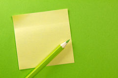 Note de papier coloré avec le crayon Images stock