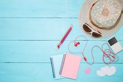 Note de papier colorée avec le crayon et le lecteur de musique, écouteur rouge, h Photo stock