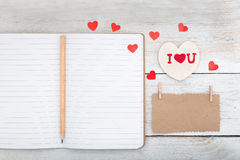 Note de papier d'emballage, de journal intime et de coeur en bois blanc sur W blanc Photographie stock libre de droits