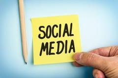 Note de papier jaune avec le media de Social de mots Photo stock