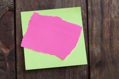 Note de papier multicolore d'autocollants sur en bois Photo libre de droits