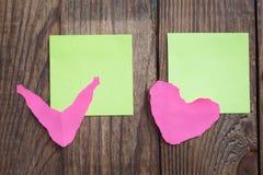 Note de papier multicolore d'autocollants sur en bois Images libres de droits