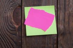 Note de papier multicolore d'autocollants sur en bois Images stock