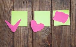 Note de papier multicolore d'autocollants sur en bois Image stock