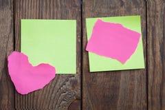 Note de papier multicolore d'autocollants sur en bois Photos libres de droits