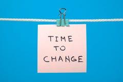 Note de papier rose accrochant sur la ficelle avec du temps des textes de changer image stock