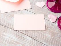 Note de papier rose vide de lettre avec la carte de valentine de coeurs Photo stock