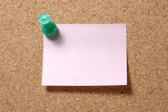 Note de post-it avec la punaise sur le corkboard photos stock